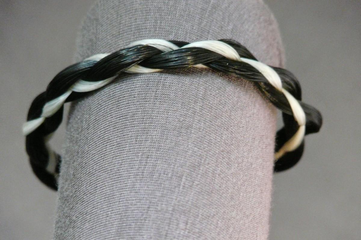armband van paardenhaar 4 strengen 2 kleuren